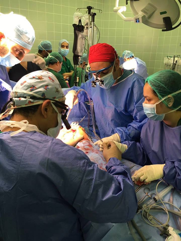 فريق طبي سعودي بمجموعة مستشفيات السعودي الألماني بجدة يجري عملية السمنه المفرطة ، لفتاة سعودية أصيبت بحادث مروري في الصغر أفقدها الحركة