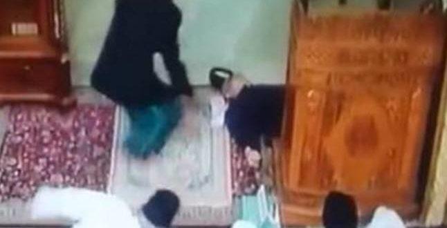 بالفيديو: وفاة إمام علي منبره الجمعة الماضية