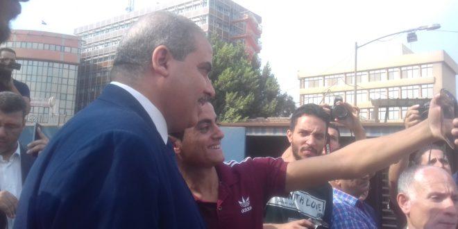 """طلاب جامعة الأزهر يلتقطون """"السيلفى"""" مع رئيس الجامعة"""